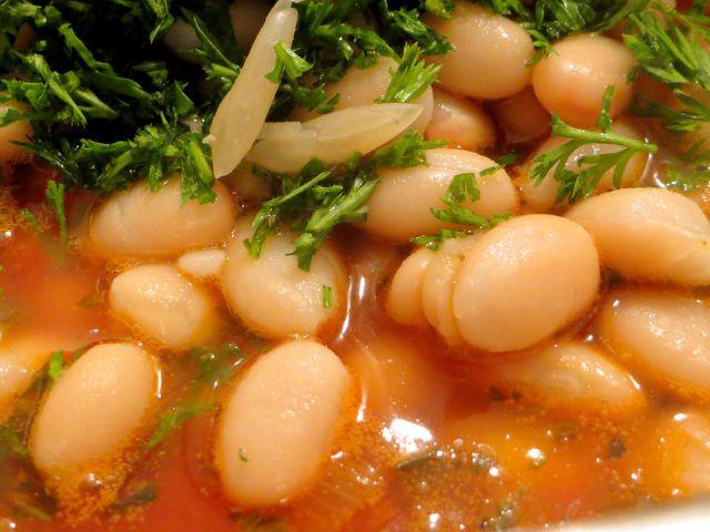 Mit frischen Kräutern verfeinert schmeckt Minestrone besonders gut.