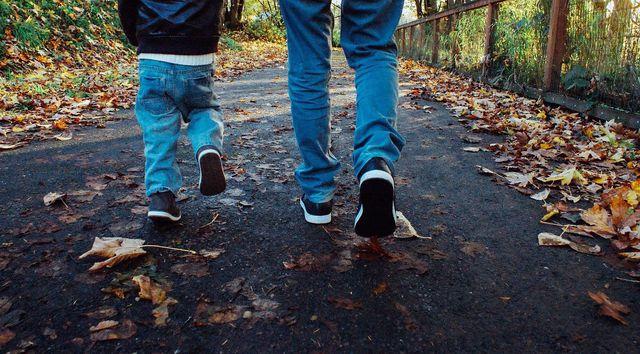 Lange Hosen und dünne Jacken schützen dich am besten vor einem Stich der Wadenstecher.
