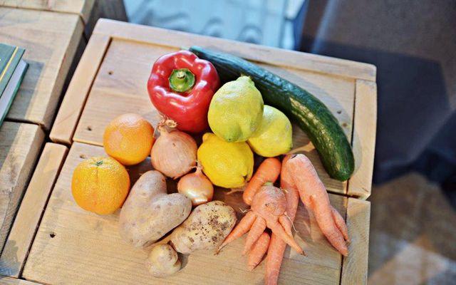Das Beispiel Penny zeigt in jedem Fall auch, dass wir Verbraucher sehr wohl bereit sind, Obst und Gemüse zu kaufen, das äußerlich nicht ganz der Norm entspricht. Vielleicht nicht alle, aber durchaus viele.