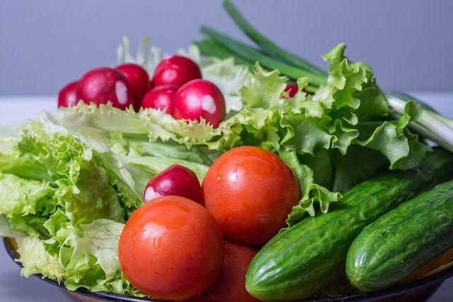 Belege deinen veganen Hamburger zum Beispiel klassisch mit Tomate, Gurke und Salat.
