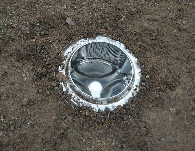 Eine Waschmaschinentrommel eignet sich als Erdmiete.