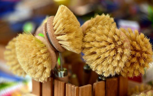 Um Bienenwachstücher zu reinigen, kannst du auch eine Bürste mit weichen Borsten verwenden.