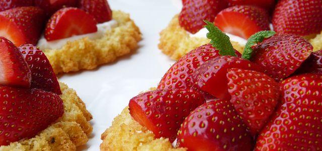 veganer biskuit mit erdbeeren