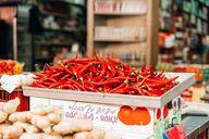 Chili, Ingwer und Knoblauch bringen Schärfe in deinen Reissalat.