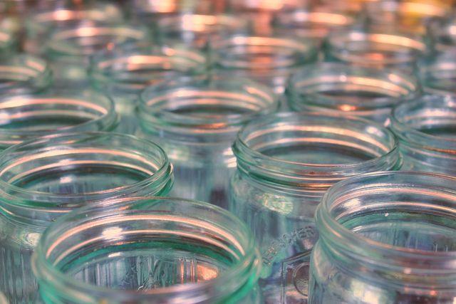 Die Gläser müssen frei von Keimen sein, damit die Tomaten sich lange halten.
