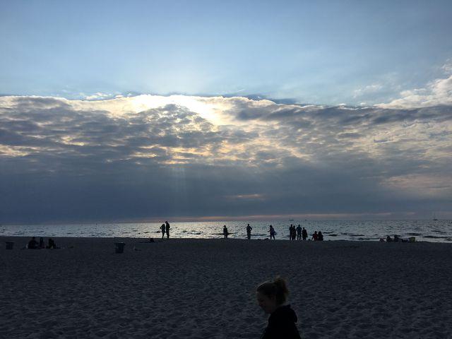 Am Sandstrand von Warnemünde kannst du die Ostseeluft schnuppern.