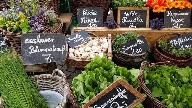 Auf dem Wochenmarkt findest du regionale und saisonale Produkte.