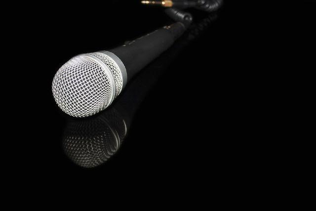 Karaoke sorgt für Stimmung und lässt sich mithilfe von Weihnachtsliedern schnell in ein Weihnachtsspiel verwandeln.