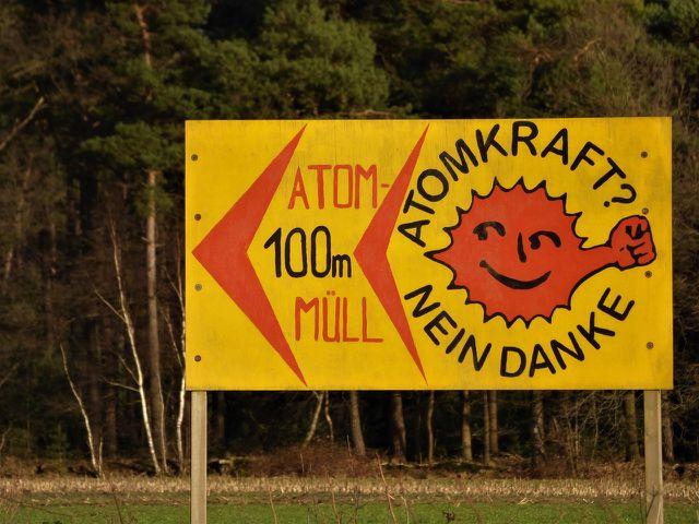 """Politiker und Konzerne suchen schon lange nach einem geeigneten """"Endlager"""" für radioaktiven Atommüll."""