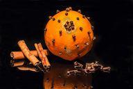 Traditionelle Deko: Nelken in Orangen gespickt