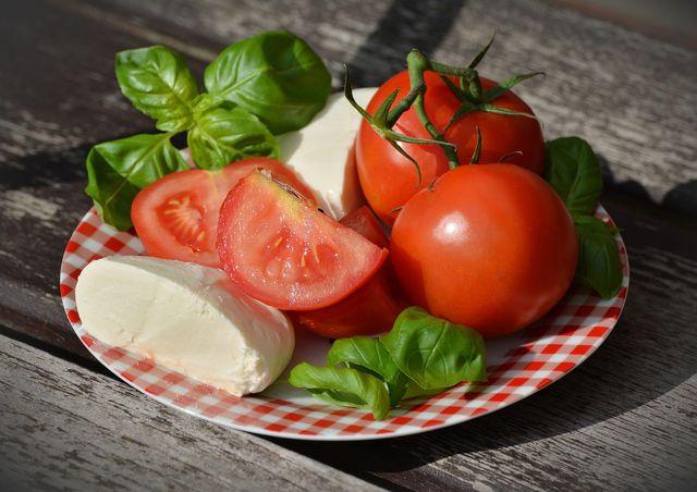 Diese Zutaten benötigst du für einen Tomate-Mozzarella-Salat.
