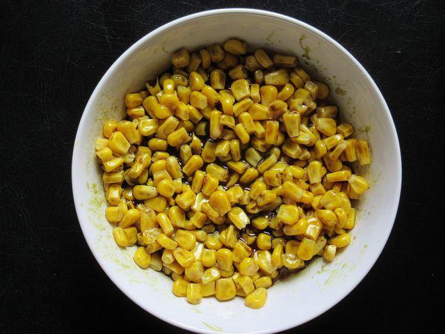 Durch die Maiskörner bekommt der Tofu-Salat eine knackige Frische.