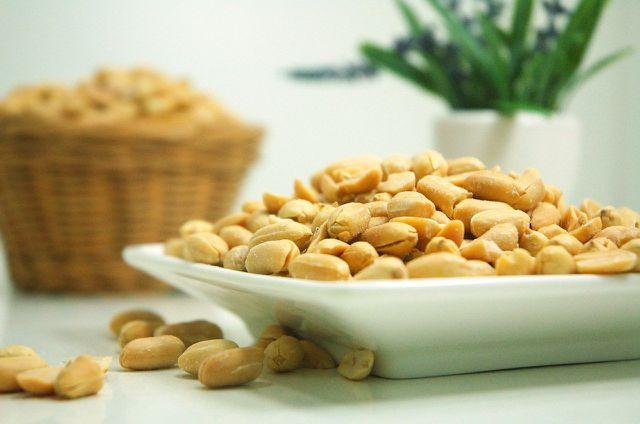 Klein gehackte Erdnüsse verleihen dem veganen Pad Thai Biss und Geschmack.