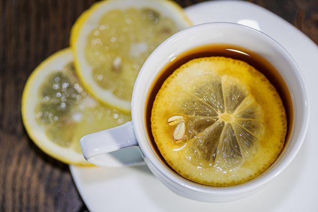 Verfeinere Zitronengrastee zusätzlich mit einer Scheibe Zitrone.