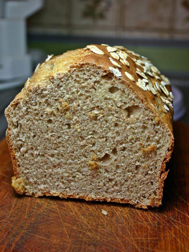 Aus Dinkelmehl kannst du ein herzhaftes basisches Brot backen.