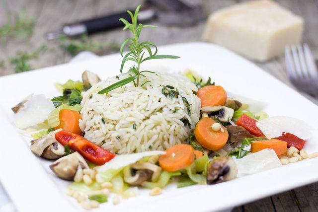 Gemüsereis ist ein leckeres Mittagessen, das du abwechslungsreich gestalten kannst.