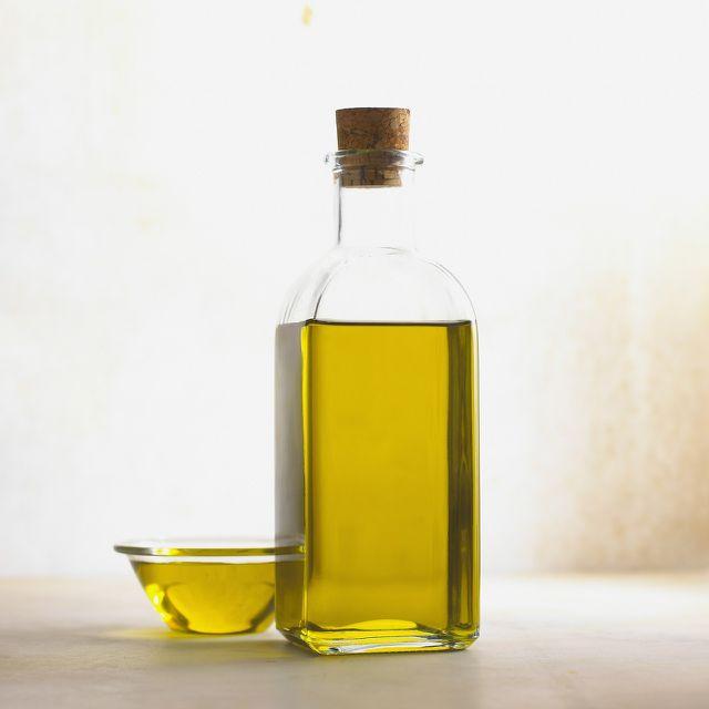 Olivenöl, Salz und ätherische Öle bilden die Basis für ein einfaches Kopfhaut-Peeling.