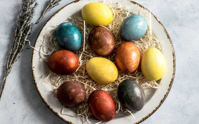 Natural egg dye Easter egg dyeing from scratch recipes organic ingredients