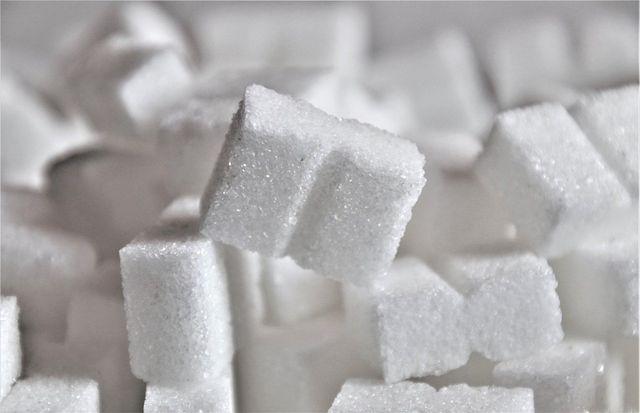 Zuckerteig und Zuckerwasser kann an Bienen verfüttert werden, es besteht aus Saccharose.