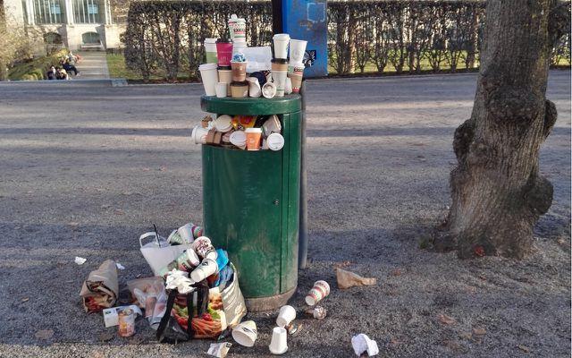 Überfüllter Mülleimer in Corona-Pandemie