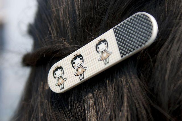 Du kannst deine Haare ohne Glätteisen glätten, indem du einzelne Strähnen mit Klammern und Spangen am Kopf befestigst.