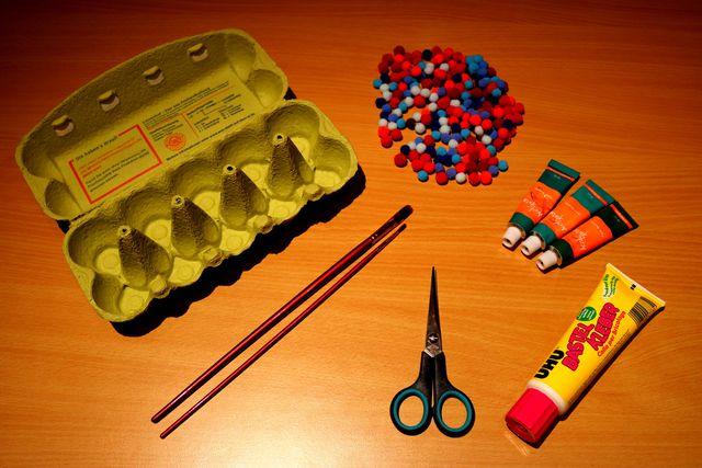 Diese Materialien brauchst du, wenn du die Weihnachtsbäume basteln willst.