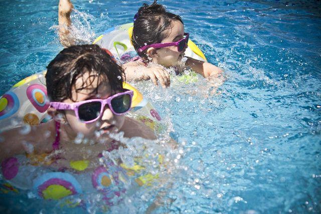Schwimmreifen und andere Spielzeuge sind sind nicht geeignet zum Schwimmen lernen.