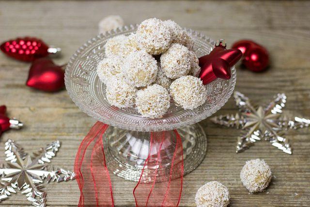 Diese Pralinen aus Kokos und Mandeln erinnern an Raffaello, sind jedoch gesünder und komplett vegan.