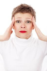 Die Schläfen massieren hilft bei Kopfschmerzen.