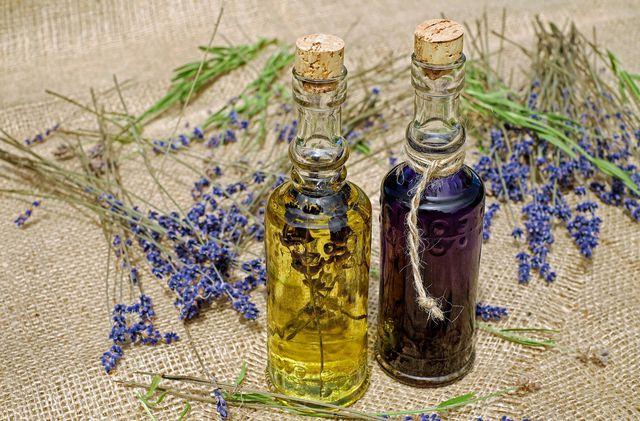 Mit pflanzlichen Ölen pflegst du die Aknenarben.