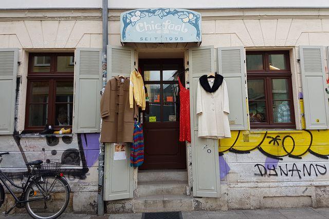 Im Chicsaal finden Frauen und Männer tolle Kleidungsstücke aus Großmutters Zeiten.