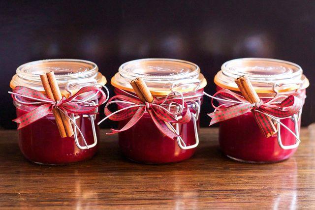 Aus Kornelkirschen kannst du leckere Marmelade zubereiten.