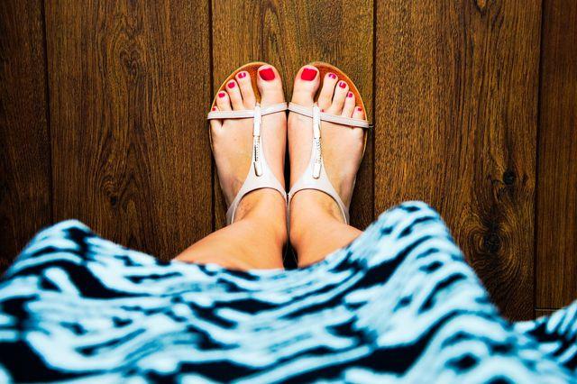 An warmen Tagen fühlen die Füße sich in offenen Schuhen am wohlsten.