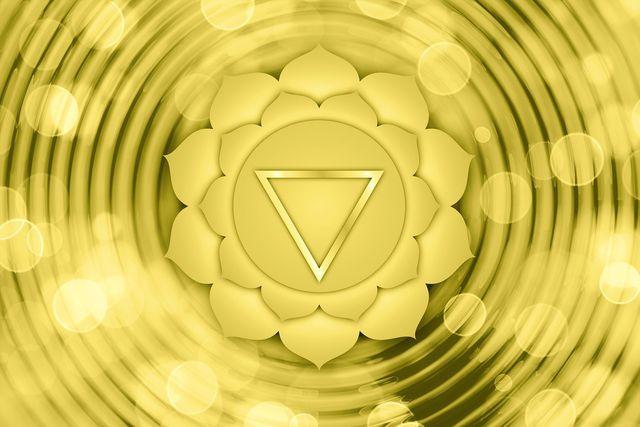 Das Manipura Chakra wird durch die Farbe Gelb repräsentiert und ist mit dem Feuer-Element verbunden.
