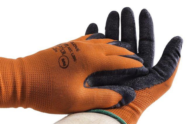 Handschuhe können dich beim Putzen oder der Gartenarbeit vor Hautschäden bewahren.