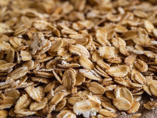 Viele Nährstoffe, die in Haferflocken enthalten sind, fördern die Gewichtsabnahme.