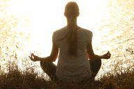 Für eine Meditation musst du nicht unbedingt im typischen Schneidersitz sitzen. Such dir eine Haltung, in der du dich wohlfühlst und entspannen kannst.