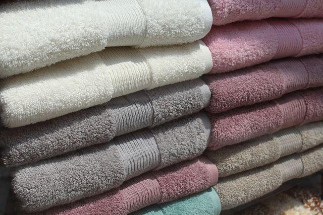 Wähle nachhaltige Mittel, um Handtücher zu waschen.