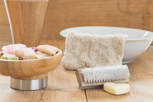 Ein kühles Handtuch kann entspannend auf deine Gliederschmerzen bei Fieber und Erkältung wirken.