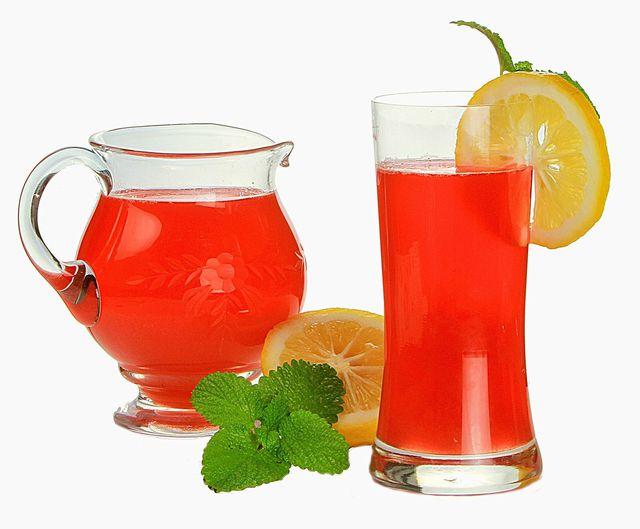 Rhabarbersaft ist ein erfrischendes Sommergetränk.