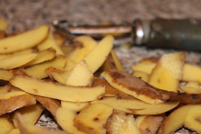 Einfacher geht es nicht: mit Kartoffelschalen oder -scheiben lässt sich Edelstahl gut polieren.