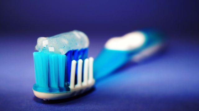 Mit Zahnpasta lassen sich Rußflecken auf weißen Oberflächen entfernen.