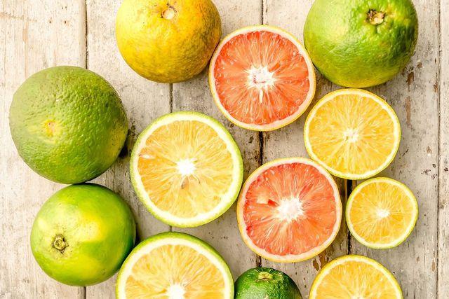Zitrusfrüchte versorgen dich mit Vitamin C.