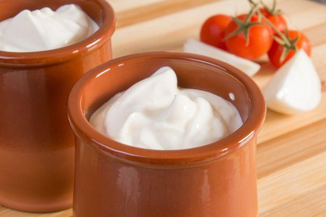 Sauer Sahne kannst du als fettärmeren Sahne-Ersatz verwenden.
