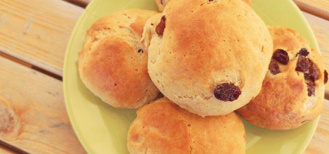 Rosinenbrötchen: Rezept klassisch und zuckerfrei für Kinder