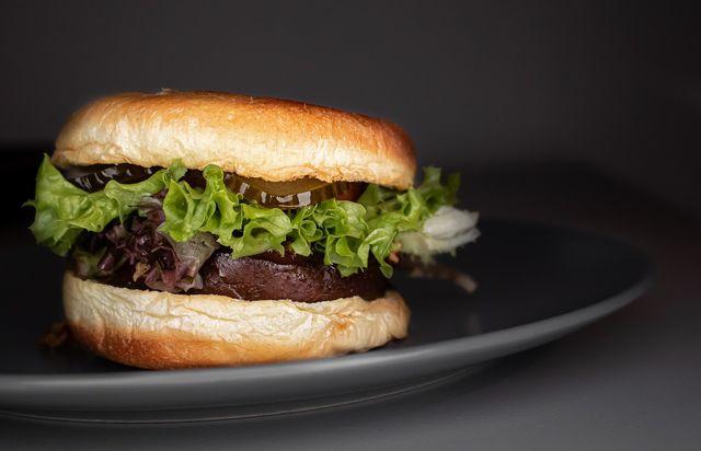 Mit den Quorn-Patties kannst du schnell selbst vegane Burger herstellen.