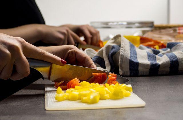 Schneide das Gemüse in mundgerechte Stücke.