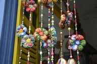 Ein bunter, selbst gebastelter Perlenvorhang ist ein dekorativer Sichtschutz für den Balkon.