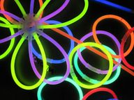 Knicklichter gibt es in verschiedenen Varianten - sei es als Blume, Zauberstab oder Brille.