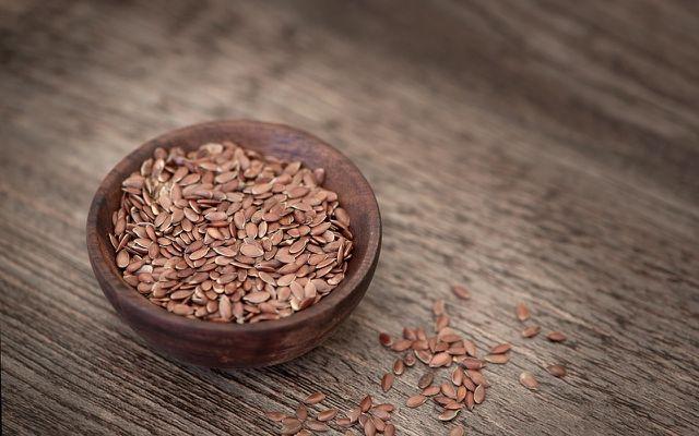 Mit zwei bis drei Esslöffeln Leinsamen kannst du deine Verdauung anregen.